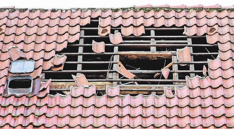 Stürme können ganze Dächer abdecken. Eigentümer müssen daher regelmäßig ihr Gebäude prüfen. Andernfalls müssen sie nach einem Sturm eventuell auch für Schäden am Nachbargebäude aufkommen.