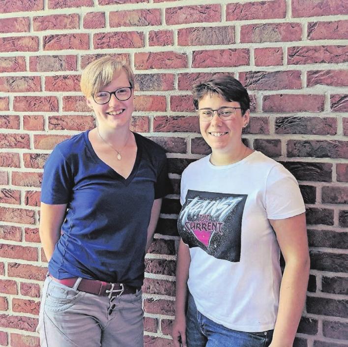 Die zwei Tischlerinnen Sophie Tönsfeuerborn und Stella Meschede (v.l.) bei der Planung ihrer Work and Travel Zeit nach Australien.