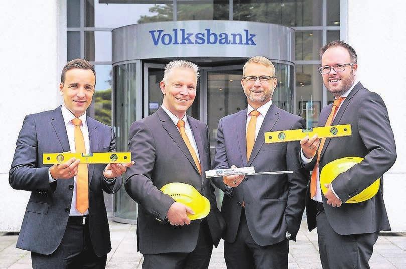 In drei BaufinanzierungsCentern bieten die Experten der Volksbank Rat und Begleitung an (v.l.): Viktor Dreer (Wuppertal), Marktbereichsleiter Oliver Wenzel, Torsten Lohe (Solingen) und Andre Stephan (Remscheid).
